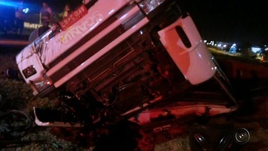 Caminhoneiro fica horas preso às ferragens após carreta tombar em rodovia