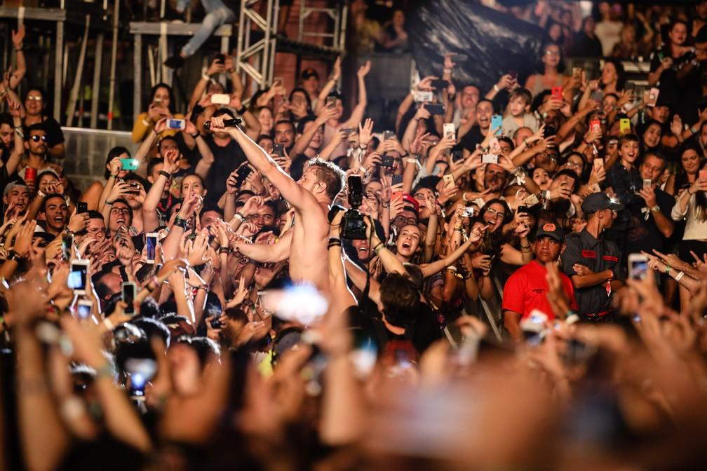 -  Dan Reynolds, vocalista do Imagine Dragons, vai pra galera no segundo dia do Lollapalooza 2018  Foto: Fabio Tito/G1