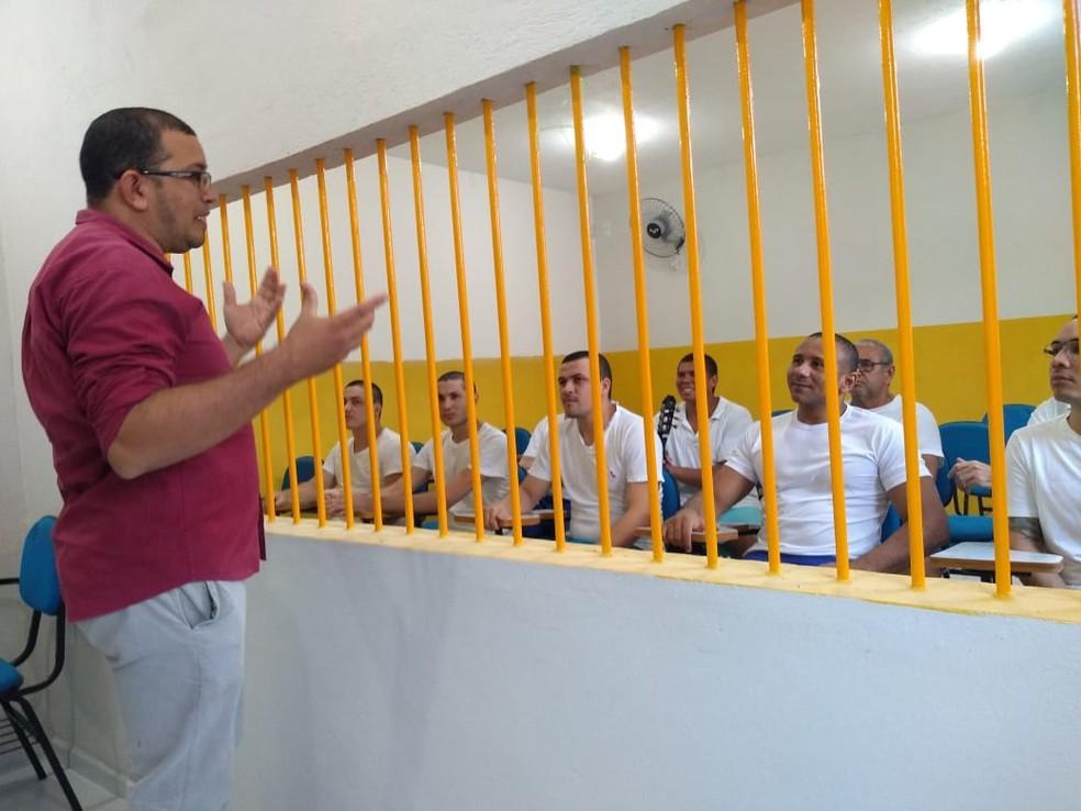 Professor dá aula de violão aos presos em Apodi — Foto: Divulgação
