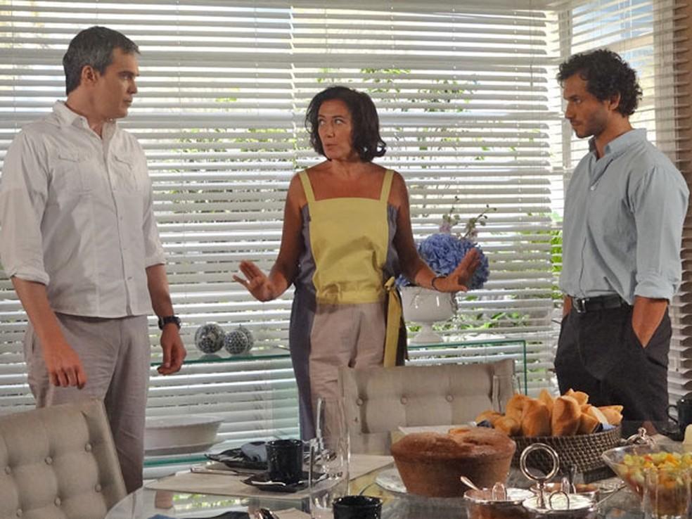 René tenta reatar com Griselda, e Guaracy dá flagra no rival em 'Fina Estampa' — Foto: Globo
