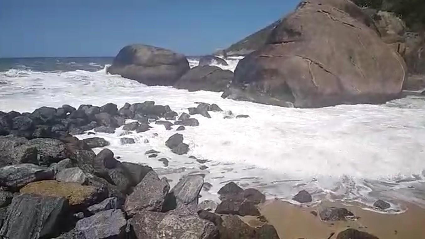 Ressaca destrói quebra-mar e fecha canal de Itaipuaçu em Maricá, RJ; VÍDEO