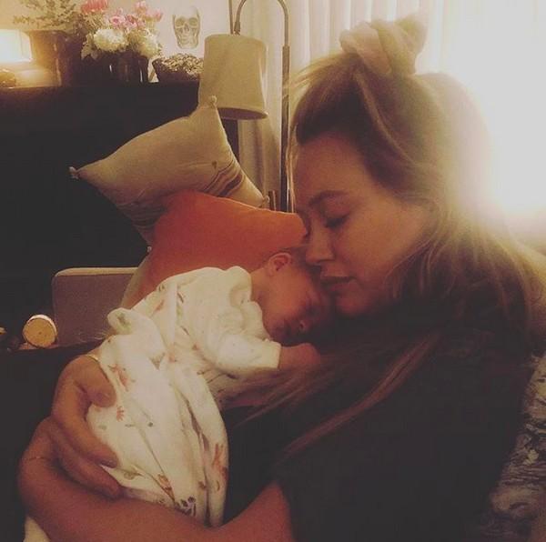 A atriz e cantora Hilary Duff com a filha (Foto: Instagram)