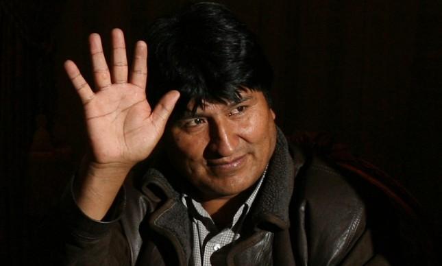 Evo Morales acena para a imprensa após encontro com o então presidente venezuelano Hugo Chávez