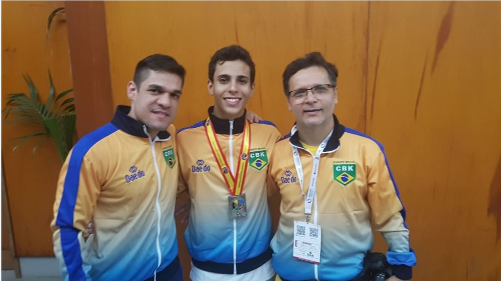 André com o treinador e o pai em Tenerife (Foto: Divulgação)