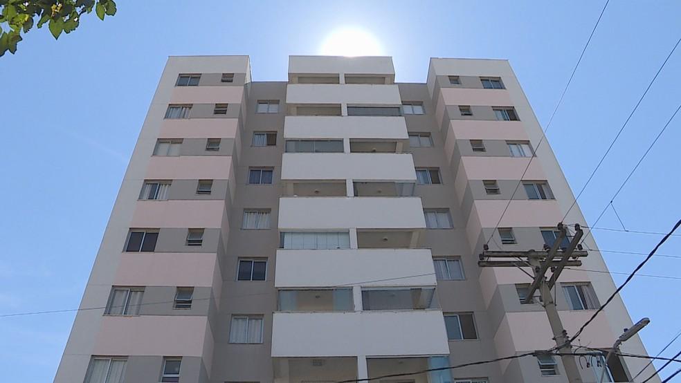 Prédio onde a menina de 10 anos caiu do 9º andar, em Belo Horizonte — Foto: Reprodução/TV Globo
