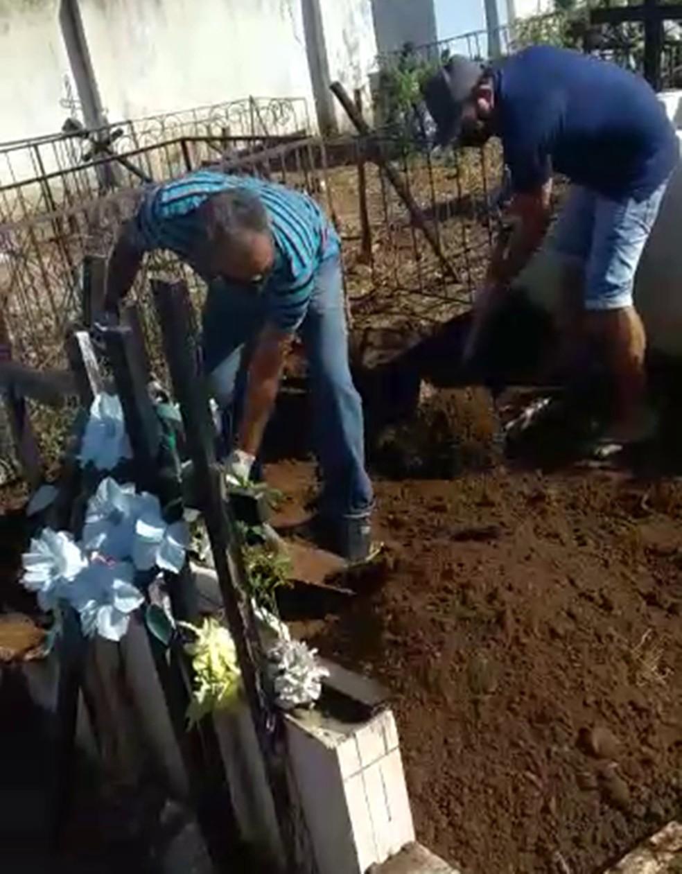 Família tem que enterrar parente que morreu de Covid-19 por falta de coveiro, em Riacho dos Cavalos, PB  — Foto: TV Paraíba/Reprodução