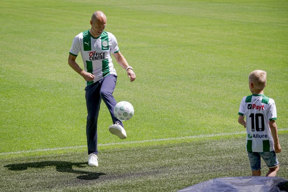 Robben bate bola com filho na apresentação como reforço do Groningen — Foto: Reprodução de Twitter