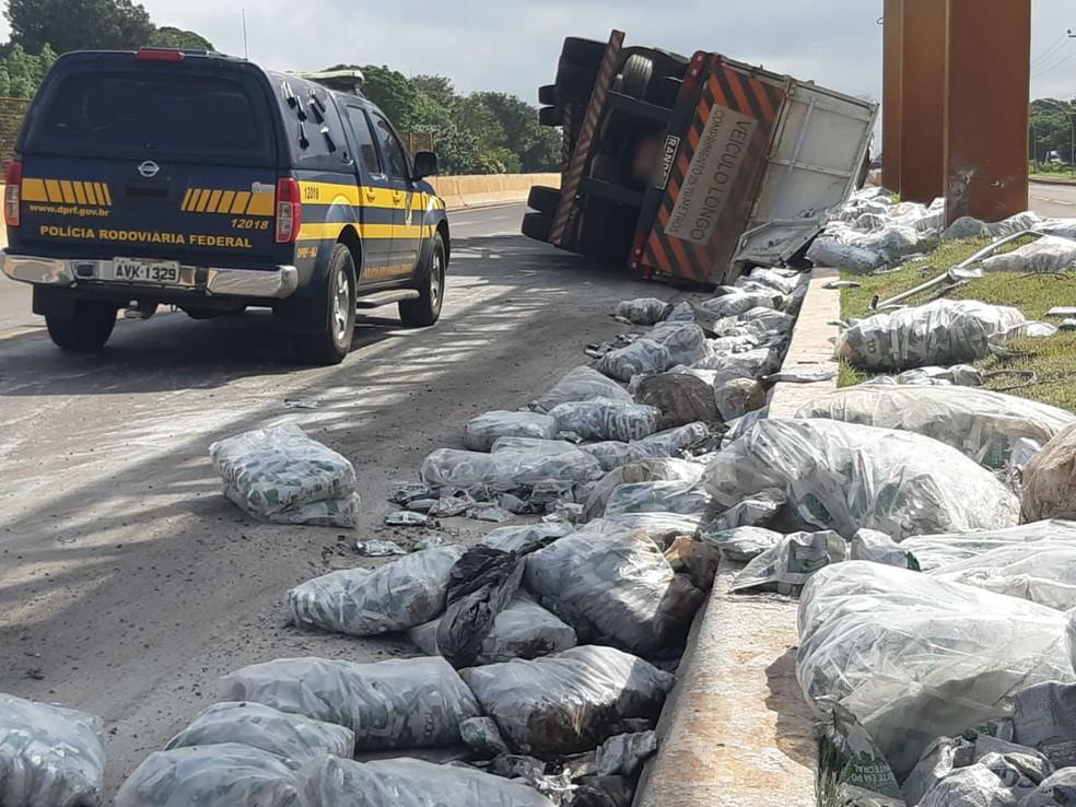 Carga de leite em pó ficou espalhada na pista, na BR-369, em Marechal Cândido Rondon  — Foto: Divulgação/PRF