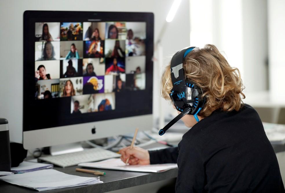 Zoom, aplicativo de videoconferência, ganhou evidência na quarentena por possibilitar reuniões que antes eram presenciais — Foto: Albert Gea/Reuters