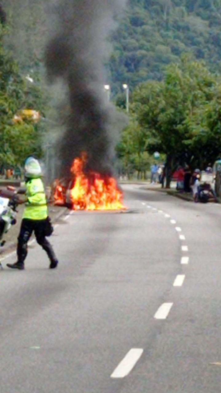Incêndio em carro deixa trânsito congestionado próximo ao Jockey Club