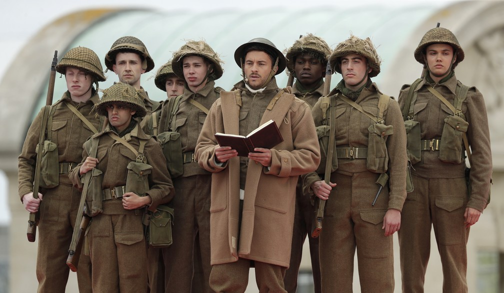 """Atores vestidos em uniformes militares da Segunda Guerra Mundial participam das cerimônias em homenagem aos 75 anos do """"Dia D"""" em Portsmouth, na Inglaterra, nesta quarta-feira (5). — Foto: Matt Dunham/AP"""