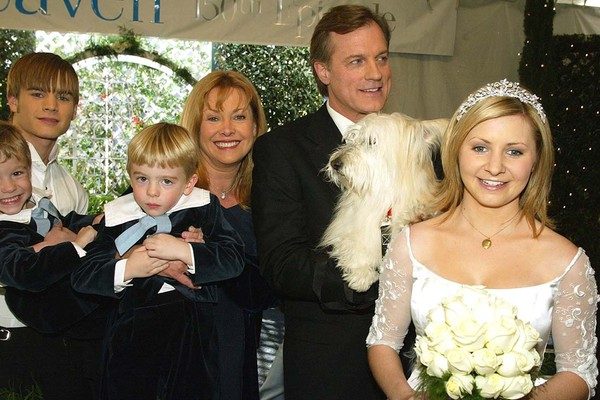 "LOS ANGELES - FEBRUARY 20:  Actors (L to R) David Gallagher, twins Lorenzo and Nikolas Brino, Catherine Hicks, Stephen Collins and Beverley Mitchell pose at a reception to celebrate 150 episodes of The WB's ""7th Heaven"" on February 20, 2003 in Los Angeles (Foto: Getty Images)"