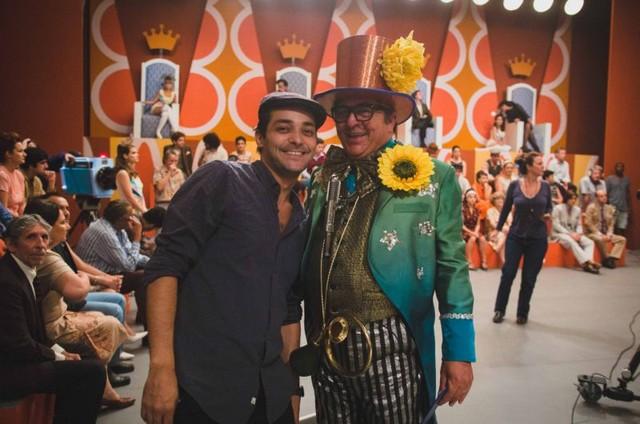 Eduardo Sterblitch e Stepan Nercessian nos bastidores do filme 'Chacrinha' (Foto: Suzanna Tierrie/Divulgação)