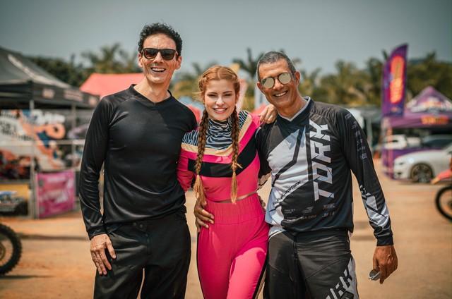 Os atores Marcos Pasquim e Bruna Altieri com o diretor André Luís Camargo (Foto: Letícia Palhão)