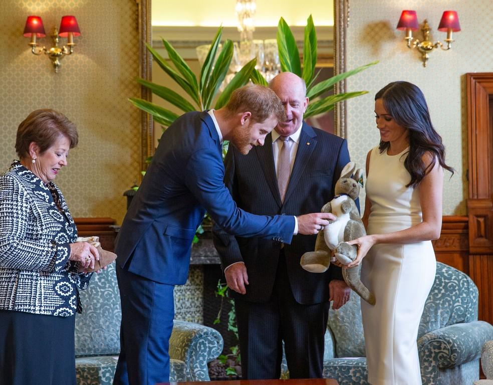 Na Austrália, príncipe Harry e Meghan Markle recebem canguru de pelúcia de presente do governador-geral Sir Peter Cosgrove e da mulher, Lady Cosgrove, durante visita a Sydney, na Austrália — Foto: Steve Christo/ AP