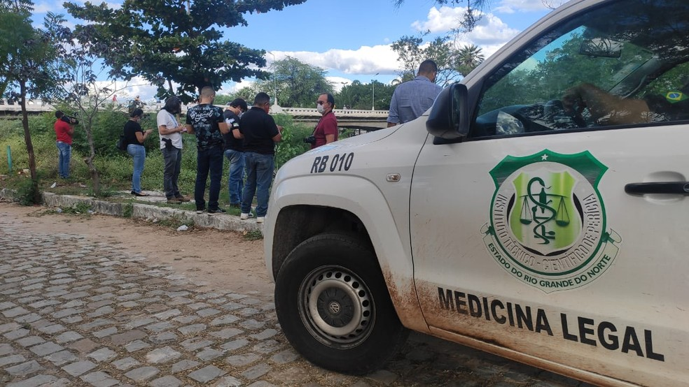 Equipe do Itep esteve no local para acompanhar retirada de corpo do Rio Mossoró — Foto: Isaiana Santos/Inter TV Cabugi