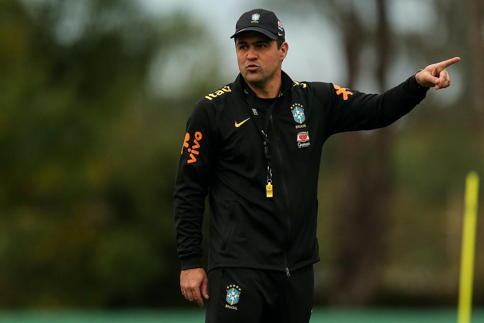 André Jardine, técnico da seleção olímpica, durante treinamento — Foto: Mauro Galvão / CBF