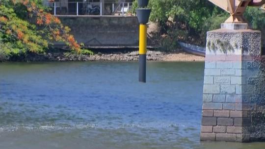 Estiagem altera o nível do Tietê e fundo do rio fica visível em Barra Bonita