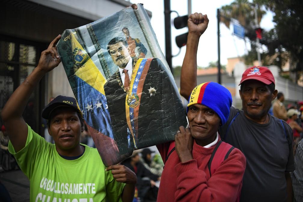 Apoiadores de Maduro fazem vigília na frente do Palácio de Miraflores, em Caracas, nesta quarta-feira (1º) — Foto: AFP/Yuri Cortez