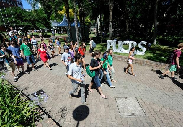 Alunos circulam pelo campus da PUCRS (Foto: Reprodução/Facebook)