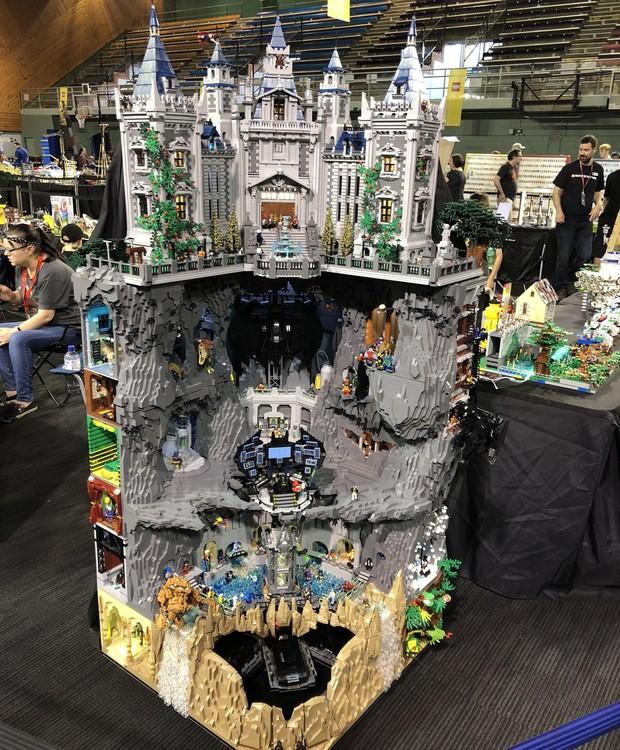 Mansão Wayne, das histórias do super-herói Batman, é construída a partir de peças de Lego (Foto: Nerdist/ Reprodução)
