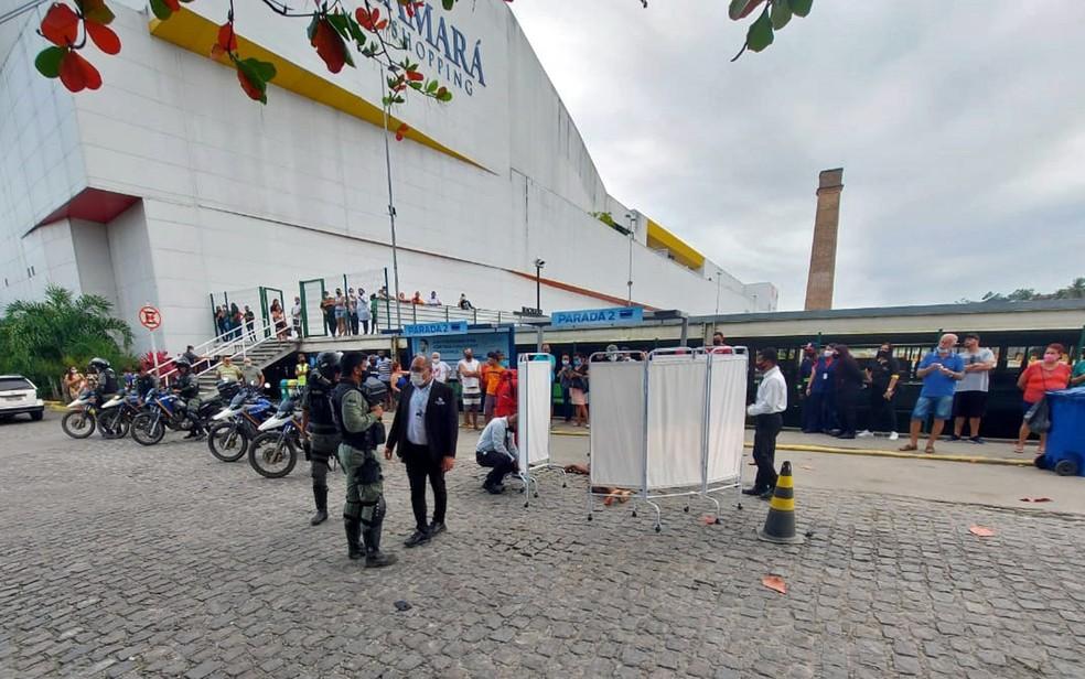 Homem foi baleado em parada de ônibus em Camaragibe, no Grande Recife — Foto: Reprodução/WhatsApp