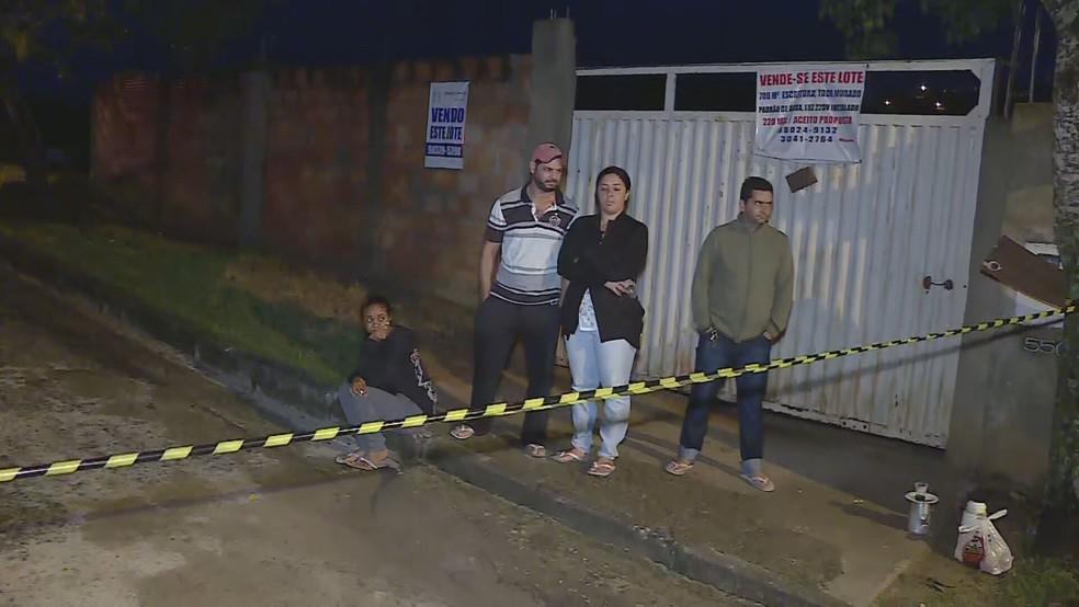 Vizinhos da construção ficaram desalojados e passaram a noite na rua — Foto: Reprodução / TV Globo