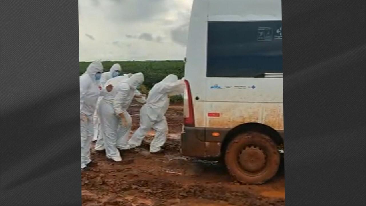 Grupo de enfermeiros enfrenta lama para imunizar indígenas no MS