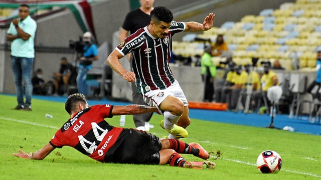 Egídio tenta passar por Isla no Fluminense x Flamengo