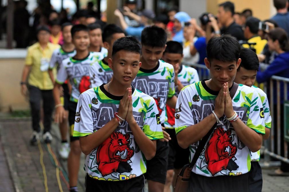 Jovens tailandeses chegam para dar coletiva de imprensa nesta quarta-feira (18) após receberam alta de hospital (Foto: Soe Zeya Tun/Reuters)