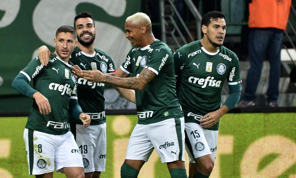 Zé Rafael, Bruno Henrique, Deyverson e Gustavo Gómez comemoram o gol do Palmeiras — Foto: Marcos Ribolli