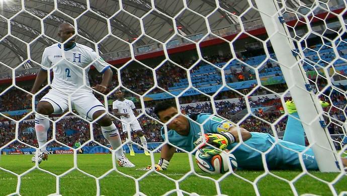 Luis Lopez goleiro de Honduras tenta defender gol jogo França (Foto: Reuters)