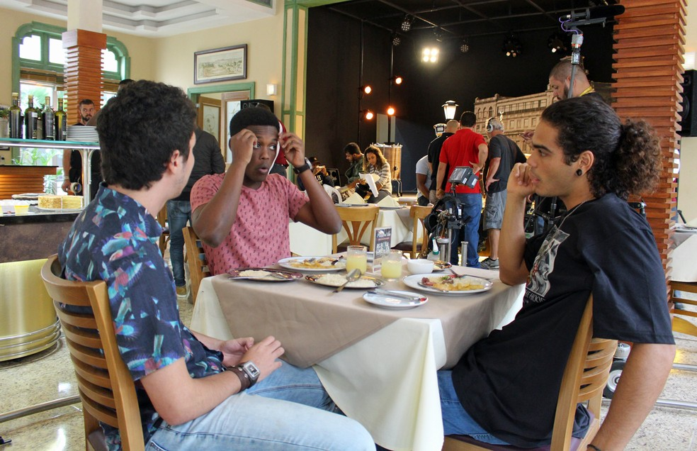 João Vitor Silva, Maicon Rodrigues e Enzo Romani gravam na churrascaria Boi Amigo (Foto: TV Globo)