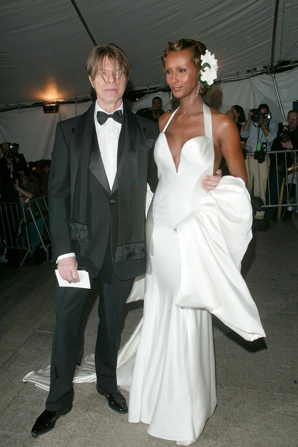 David Bowie e Iman no Met Gala de 2003. (Foto: Getty Images)