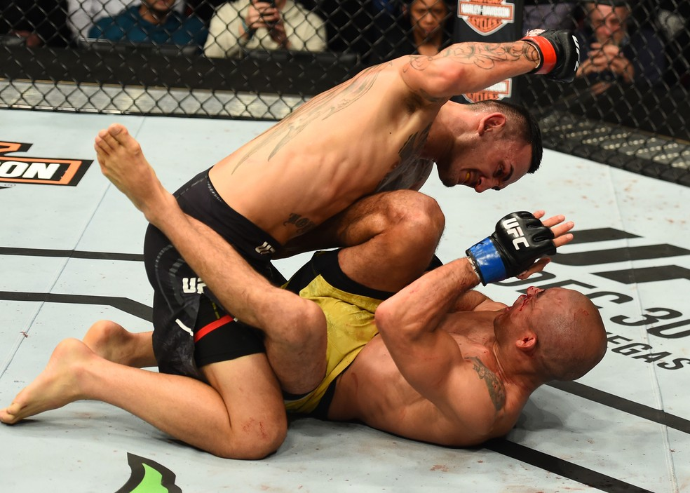 Max Holloway nocauteou José Aldo no terceiro round da luta principal do UFC 218 (Foto: Getty Images)