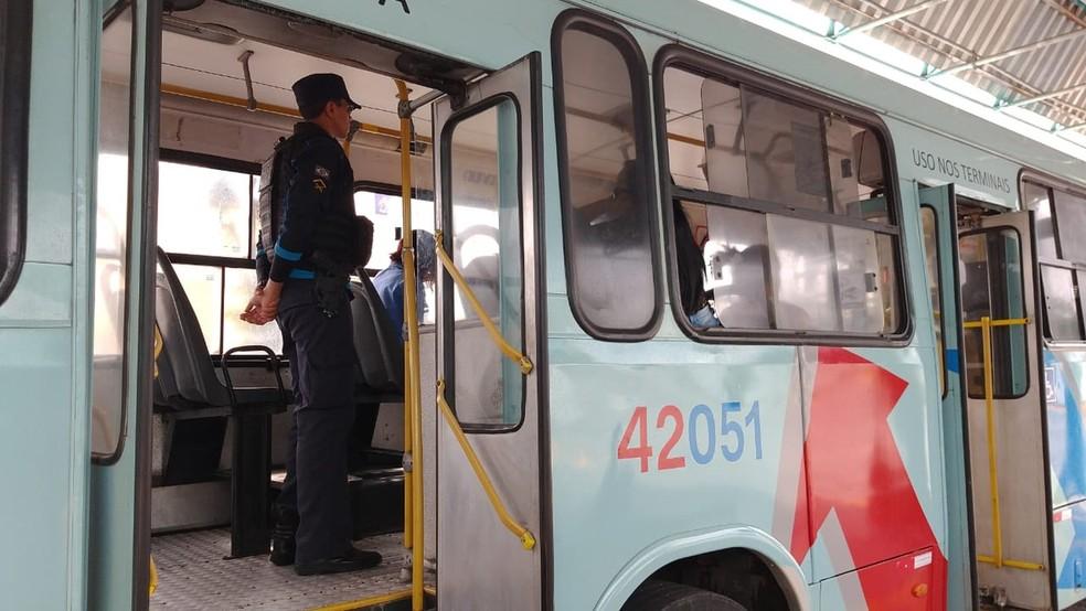 Policiais em ônibus em Fortaleza — Foto: SVM