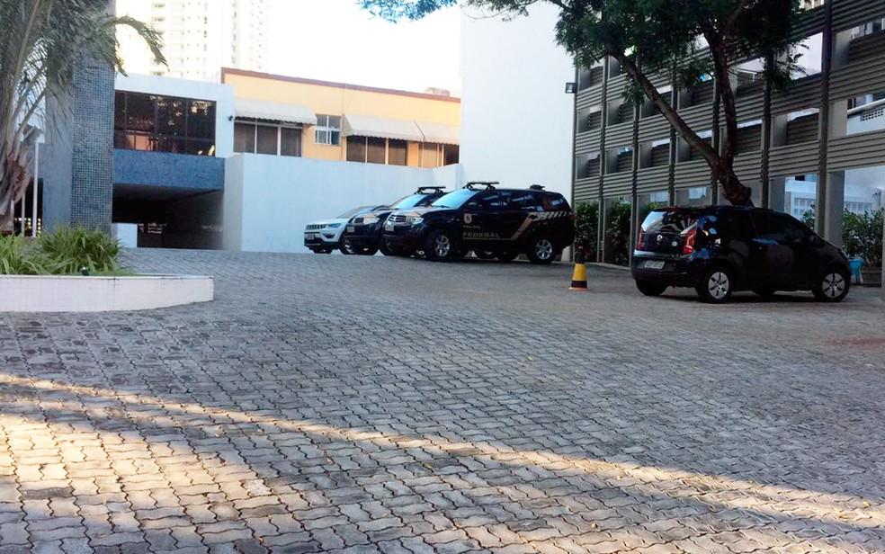 Polícia Federal chegou ao prédio de Geddel por volta das 5h50 desta sexta-feira (Foto: Andréa Silva/TV Bahia)