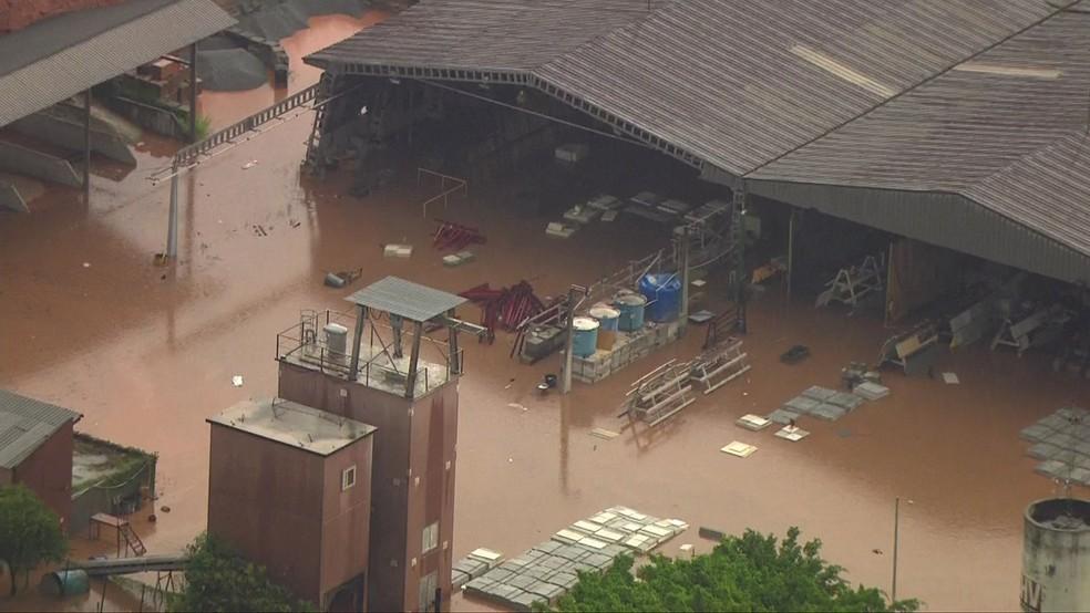 Pátio de fábrica fica alagado em Tamboré, Barueri, na Grande São Paulo. (Foto: Reprodução/TV Globo)
