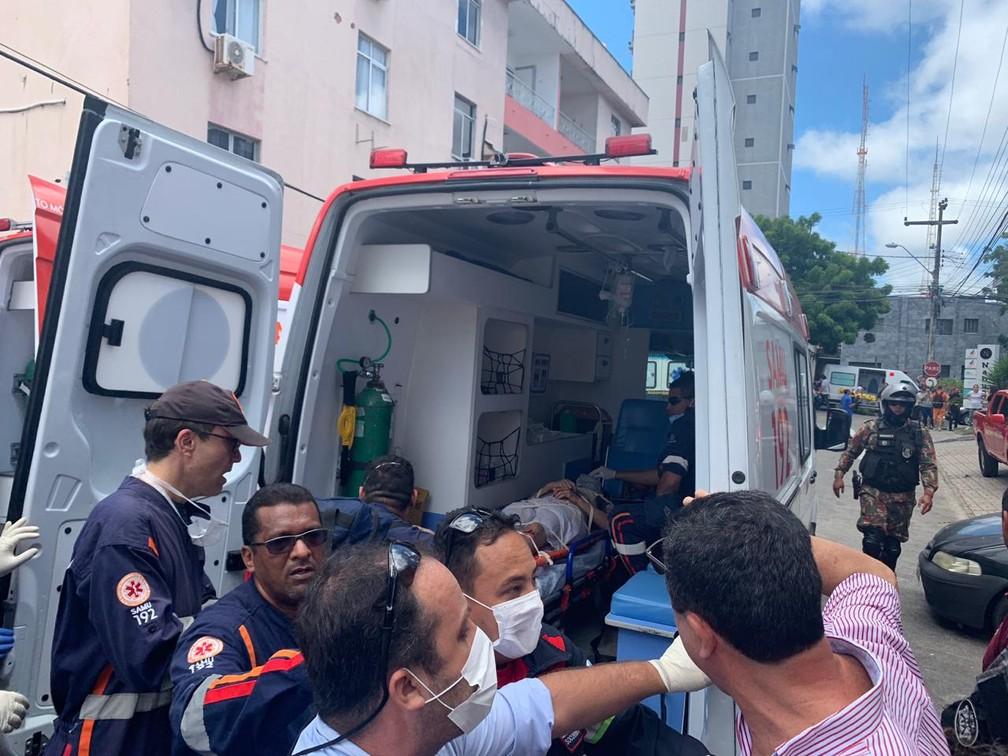 Homem é resgatado do prédio residencial que desabou em Fortaleza — Foto: Almir Gadelha/TV Verdes Mares