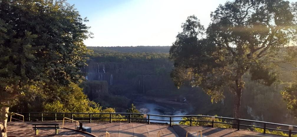 Paredão mostra quedas com pouco volume, neste sábado (15), em Foz do Iguaçu — Foto: Nilton Rolin / Cataratas do Iguaçu