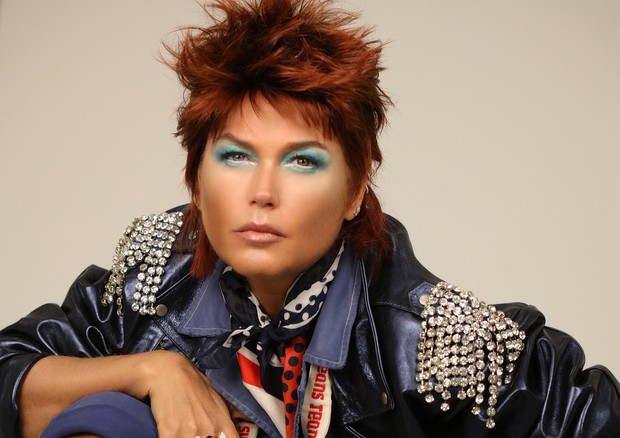 Starwoman: Xuxa Meneghel se transforma em David Bowie pelas mãos do beauty artist Max Weber (Foto: Divulgação)
