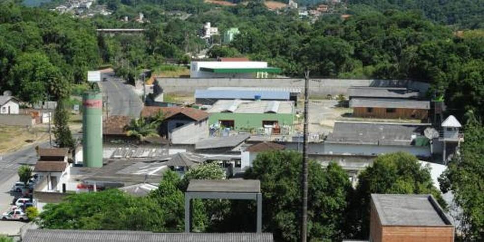 Homem foi levado para o Presídio Regional de Blumenau — Foto: Deap/Divulgação