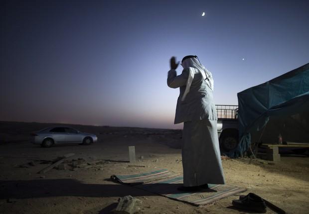 Mulher beduína no deserto de Neguev, em israel. Grande parte dos beduínos do país vive em vilas sem a mínima infraestrutura  (Foto:  Uriel Sinai/Getty Images)