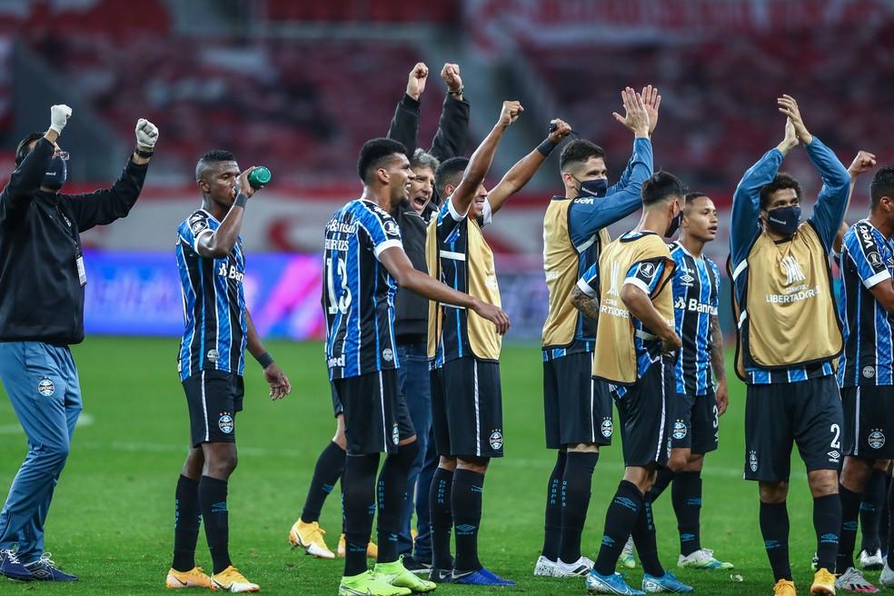 Renato Portaluppi e grupo do Grêmio após vitória no Gre-Nal — Foto: Lucas Uebel/Grêmio