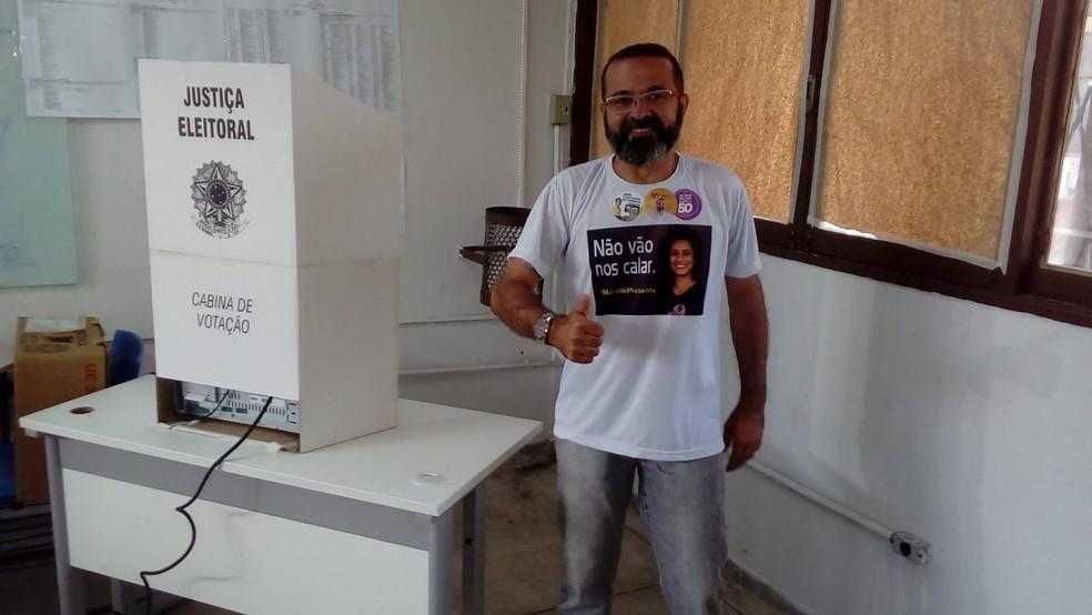 Tárcio Teixeira (PSOL) vota em João Pessoa — Foto: Jamarri Nogueira/CBN