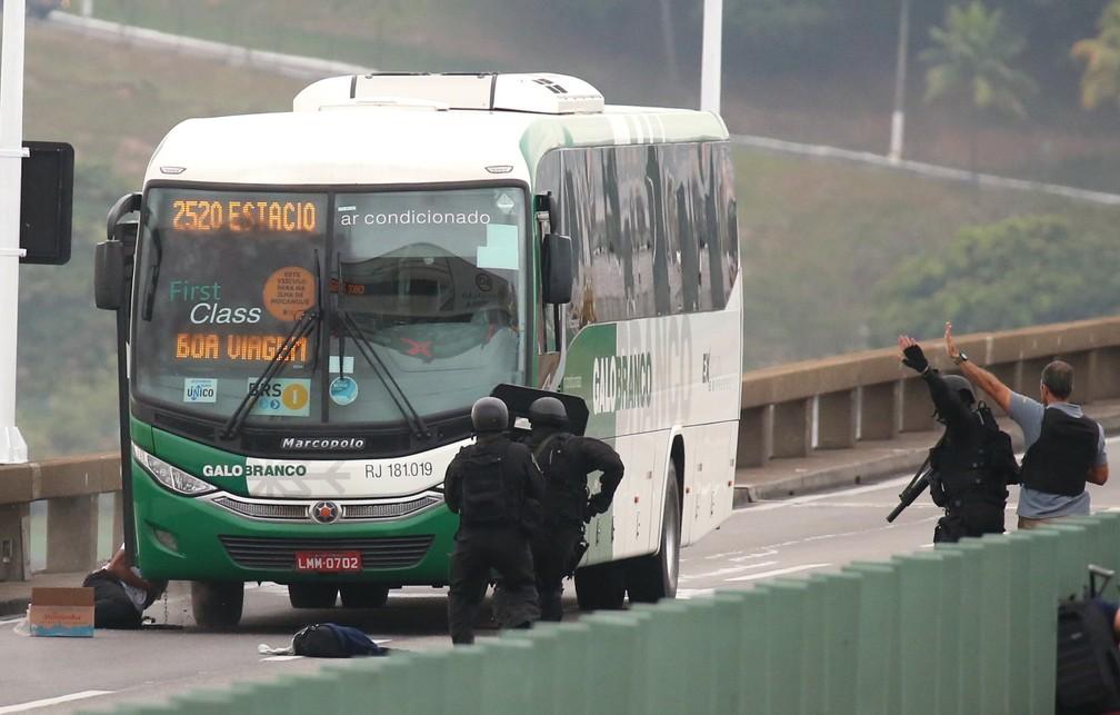 Após mais de 3h de cerco, um sequestrador que manteve passageiros de um ônibus como reféns na Ponte Rio-Niterói foi morto por um atirador de elite do Bope na manhã nesta terça-feira (20) — Foto: Fabiano Rocha/Agência O Globo