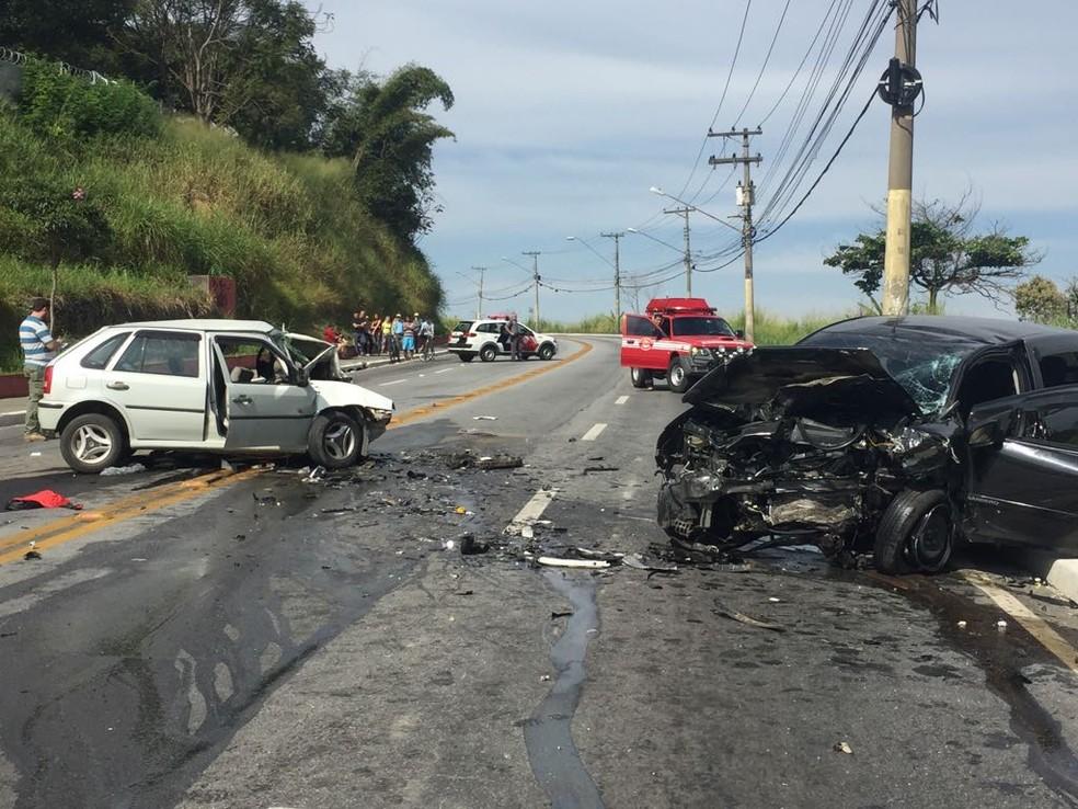 De acordo com os bombeiros, um dos carros invadiram a contramão (Foto: Vanessa Vantine/TV Vanguarda)