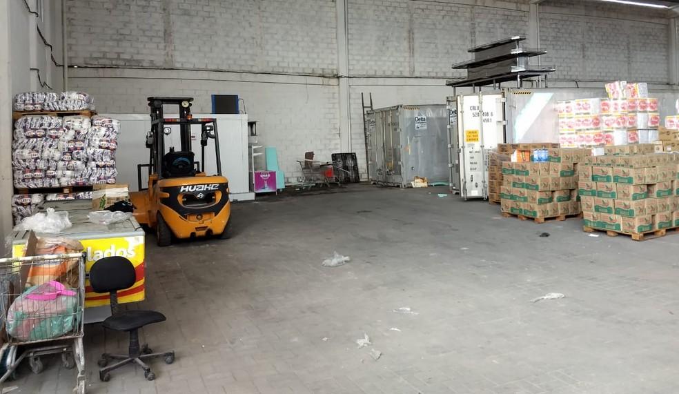 Segundo a polícia, galpão descoberto na Zona Sul do Recife era usado como central de distribuição de mercadorias roubadas ou desviadas do destino  — Foto: Polícia Civil/Divulgação