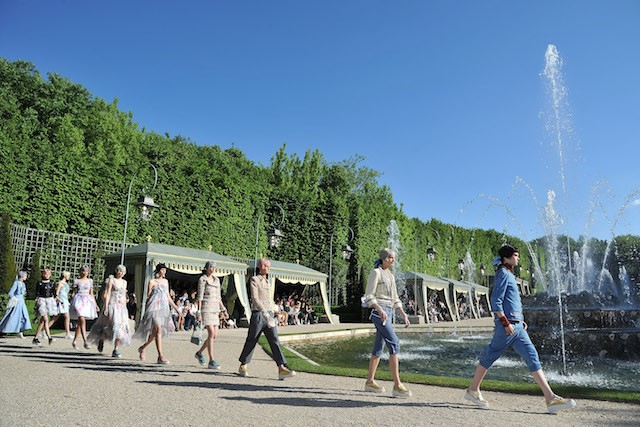 O desfile de Cruise 2012 da Chanel nos jardins do Palácio de Versailles (Foto: Getty Images)