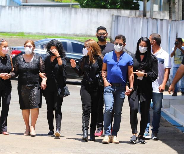 Zezé Di Camargo com Wanessa e Graciele Lacerda; Dona Helena à esquerda, amparada por familiares (Foto: Jeovane Vicente/Brazil News)